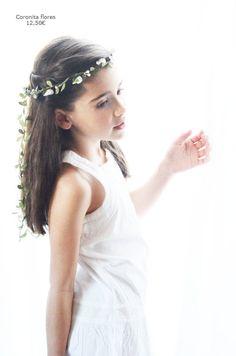 Estas coronitas de flores de tela, pueden ajustarse de tamaño por lo que pueden servir para niñas de arras, niñas Primera Comunión e incluso para nosotras, para cualquier fiesta o evento. First Communion, Chic Wedding, Boho Chic, Outfits, Fashion, Communion Dresses, Little Girl Hair, Fabric Wreath, Flower Crowns