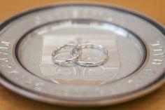 Es muss ja nicht immer alles Gold sein, was glänzt. Ich finde die Schlichtheit und das Silber dieser Ringe sehr schön. So ein Foto gehört zu jeder Hochzeitsfotografie. #hochzeitsfotograf #hochzeitsfotografsalzburg #hochzeitsfotografie #taulightmedia #hochzeit #wedding #weddingphotographer #weddingphotography #salzburg #hellbrunn #schlosshellbrunn #justmarried #weddingday #ourwedding #perfectwedding Salzburg, Wedding Rings, Engagement Rings, Gold, Jewelry, Wedding Photography, Engagement Ring, Ring, Nice Asses