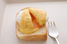 パンにポーチドエッグをのせた、エッグベネディクト。/ひとつの生地で6種類の焼きたてパン(「はんど&はあと」2013年5月号)