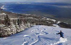 Une vue spectaculaire sur le fleuve et le plus haut dénivelé à l'est des Rocheuses vous attendent au Massif de Charlevoix ! Une expérience unique. #SommetsStLaurent