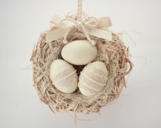 Dies ist ein weiteres Beispiel von Ornamenten in unserer Oster-Serie. Wir freuen uns, dass wir präsentieren Ihnen diese Tür Kleiderbügel dekorativ Vogel nest mit hölzernen Osterei. ♥♥♥ Diese Pastell-Farben-Wohnkultur in die einzigartige Technik von unserem MaliLili-Shop gemacht. Sie können es als eine schöne Hütte schicken Stil Wohnkultur oder ein schönes Geschenk für Ihre Freunde und Familie auf Osterferien verwenden. ♥♥♥ Alle Teile sind mit hoher Aufmerksamkeit für Details und ordentlich…