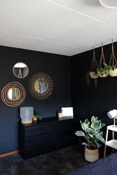 Dark Blue Rooms, Dark Blue Walls, Black Walls, Art Deco Living Room, My Living Room, Living Spaces, Bedroom Plants Decor, Room Decor, Dark Green Wall