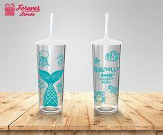 Não deixe para a última hora, solicite seu orçamento o quanto antes e tenha os mais belos copos long drink com tampa e canudo personalizados em sua festa de aniversário. Entre em contato e solicite seu orçamento.  E-mail franciele@brindesforever.com.br Whatsapp (48) 98437-9193 Fixo (48) 3094-1069 #aniversáriofundodomar #copolongdrinktampaecanudo #coposemflorianopolis #fundodomar #copotampaecanudo #copobarato #copolongdrinkpersonalizado   #brindedefesta #lembrancinhadefesta… Cute Water Bottles, Long Drink, Tropical Pool, Baby Shark, Red Bull, Drinks, Alice, Bob, 15 Years
