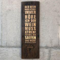 Poetry-Board mit kleinem, alten Korkenzieher als Dekor / Unikat / Altes Brett, nicht ganz plan, lackiert und aufwendig, manuell mit Schlagmetall vergoldet: DER WEIN MUSS ATMEN. IMMER HÖRE ICH: DER WEIN MUSS ATMEN! ICH WILL DEN SAUFEN UND NICHT WIEDERBELEBEN!  #fassdeckel #wanddekoration #wallart Wine Wall Art, Planer, Lettering, Wine Cask, Corks, Room Wall Decor, Drawing Letters, Brush Lettering