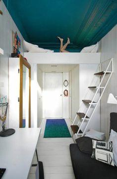 aménager-une-petite-chambre-aménagement-en-longueur-et-en-hauteur-chambre-blanche-tapis-vert-bleu
