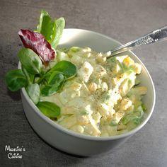 Aceasta salata de oua se face foarte rapid, e satioasa si, pentru mine cel putin, e un mic dejun ideal, alaturi de salata si rosii. Contine si multe...