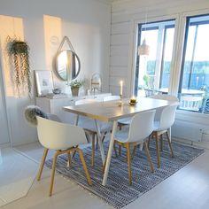 Ihanan kodikas ruokailutila nauttii ikkunoista tulvivasta valosta. Lipasto ja peili takaseinällä kruunaa tilan tyylin sekä tunnelman.