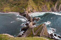 Gaztelugatxe (Pais Vasco) un escarpado islote con una ermita en su parte superior y que está unido con la costa a través de un estrecho puente dando lugar a un conjunto que parece sacado de un libro de aventuras.