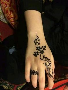 Mehndi henna designs are always searchable by Pakistani women and girls. Women, girls and also kids apply henna on their hands, feet and also on neck to look more gorgeous and traditional. Henna Tattoo Designs Simple, Finger Henna Designs, Mehndi Designs For Girls, Mehndi Designs For Beginners, Unique Mehndi Designs, Mehndi Designs For Fingers, Beautiful Mehndi Design, Latest Mehndi Designs, Mehandi Designs