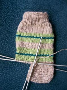 socks, knitting patterns – Creative Hobby - Everything About Knitting Baby Knitting Patterns, Knitting Stitches, Knitting Socks, Knitted Hats, Diy Crafts Knitting, Knitting Projects, Crochet Wool, Wool Yarn, Crochet Slippers