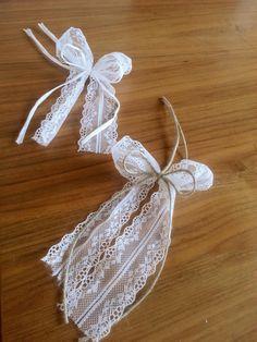 Diese zauberhaften Antennenbändchen sind ideal für verträumte Vintagehochzeiten aber auch für alle, die der Meinung sind, dass Spitze auf keiner Hochzeit fehlen darf. Ihren Gästen wird mit...