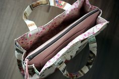 E074-137 24cmファスナーのあおりバッグ : うねうねごろごろ Pouch Pattern, Tote Backpack, Crossbody Bags, Inside Bag, Fabric Bags, Quilted Bag, Zipper Bags, Laptop Bag, My Bags