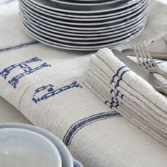 love these grainsacks Living Vintage, King Size Pillows, Out Of The Closet, Tablecloth Fabric, Grain Sack, Linens And Lace, Vintage Linen, Furniture Covers, Linen Napkins