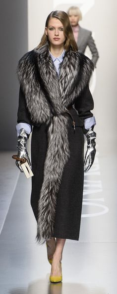 Style Femme 50 ans : Ermanno Scervino Fall-winter - Ready-to-Wear Fur Fashion, Trendy Fashion, Fashion Outfits, Winter Stil, Fall Winter, Ermanno Scervino, Autumn Fashion 2018, Style Casual, Coats For Women