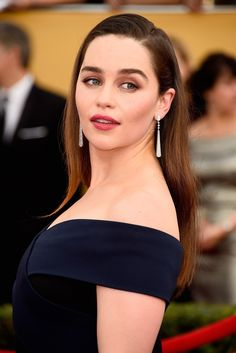 Emilia Clarke at arrivals for Annual Screen Actors Guild Awards (SAG) held at the Shrine Exposition Center on January 2015 in Los Angeles, California. Emilia Clarke Sexy, Hollywood Celebrities, Hollywood Actresses, Hollywood Girls, Female Celebrities, Classic Hollywood, Enilia Clarke, Emilia Clarke Daenerys Targaryen, Retro Stil