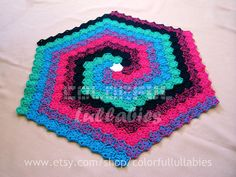 Ideia para um tapete de crochê em espiral através da união de hexágonos. Muito legal.