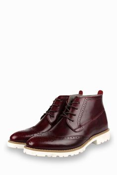 This item is shipped in 48 hours, including the weekends. Prepare to be amazed by these outstanding burgundy boots. Offering a brogue design, these boots are simple and comfy at the same time. The win