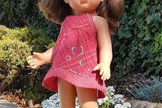 Ce modèle de robe avec un plastron carré convient pour la poupée Cerise de la marque Cerise et Capucine que vous trouverez en exclusivité chez JouéClub mais vous pouvez l'utiliser pour une poupée de taille différente en adaptant les dimensions aux mensurations... Laine Rico, Tutu, Occasion, Voici, Dimensions, Casual, Dresses, Fashion, Apron Dress