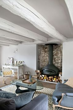 Die Lounge des Fischerhauses in Nantes - Diy Interior, Interior Design, Painted Beams, Wood Beams, Living Room Seating, Diy Fireplace, Home Renovation, Architecture Renovation, Lounge