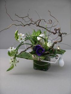 Ikebana Arrangements, Easter Flower Arrangements, Arte Floral, Deco Floral, Floral Design, Diy Flowers, Flower Decorations, Contemporary Flower Arrangements, Sogetsu Ikebana