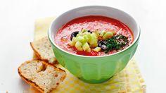 Polévky si nemusíte odpírat ani v horkém létě. Připravte si španělskou studenou polévku gazpacho. Je rychlá, zdravá, zasytí vás a příjemně osvěží.