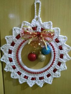 Crochet Christmas Wreath - Learn to Crochet - Crochet Kingdom Crochet Christmas Wreath, Crochet Wreath, Crochet Christmas Decorations, Diy Crafts Crochet, Christmas Crochet Patterns, Crochet Christmas Ornaments, Crochet Snowflakes, Holiday Crochet, Handmade Ornaments