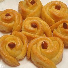 irmikli gul tatlisi tarifi Armenian Recipes, Turkish Recipes, Ethnic Recipes, Smoothie, Turkish Cuisine, Dessert Recipes, Dessert Drinks, Onion Rings, Bon Appetit