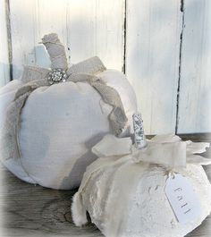 DIY Plaster Pumpkin -Too cute paired with The French linen pumpkin(site gives… Theme Halloween, Diy Halloween Decorations, Holidays Halloween, Halloween Crafts, Halloween Ideas, Pumpkin Decorations, Pink Halloween, Halloween Tricks, Happy Halloween