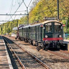 """Mat'24 van het #spoorwegmuseum samen met loc 2225 van de SMMR onderweg naar de Stoomtrein Goes Borssele voor het evenement """"Sporen naar het verleden"""" van 5-8 mei. #rotterdam #rotterdamalexander #eisenbahnfotografie #eisenbahnbilder #rsa_theyards #trb_express #trainstagram #train_nerds #railwayculture #railways_of_our_world #canon70d #eos70d #mat24"""