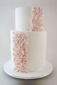 Mais liso do que ruffled: os babados estrategicamente localizados neste ruffled cake deram um ar moderno e antenado ao bolo, com charme na medida certa.