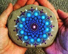 Piedras coloridas ~ rupestres pintados a mano ~ arte punto verde azul ~ Mandala piedra ~ ilustraciones originales por Pitrone Miranda