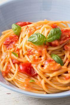 Pasta allo scarpariello: cremosa e semplicissima. Perfetta per le cene dell'ultimo minuto! [Pasta with cherry tomato, pecorino cheese and parmigiano cheese]