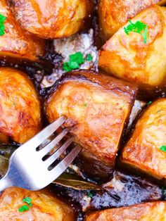 These healthy oxo roast potatoes are so simple to make and the perfect companion on a Slimming World roast dinner.  They're crispy roast potatoes with a fluffy inside and only use spray oil for fat.  (Includes easy step by steps to follow along). Slimming World Treats, Slimming World Recipes, Roast Dinner, Sunday Roast, Slimming World Roast Potatoes, Quick Recipe Videos, Crispy Roast Potatoes, Roasted Potato Recipes, Xmas Food