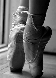 Ballet: that's pure art Dance Photos, Dance Pictures, Pointe Shoes, Ballet Shoes, Ballet Feet, Tutu, Ballet Images, Ballet Photography, White Photography