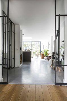 Living Room Flooring, Interior Design Living Room, Minimal House Design, Transition Flooring, Monochrome Interior, Piece A Vivre, Concrete Floors, Interior Architecture, Ideal Home