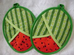 with any purchase Watermelon Potholders, Summer fruit, Watermelon Hot Pads, Watermelon Oven Mitts Melancia Potholders Verão frutas Potholders por VernieLeeDesigns Small Sewing Projects, Sewing Hacks, Diy Quilt Storage, Fabric Crafts, Sewing Crafts, Quilted Potholders, Mug Rugs, Hot Pads, Quilt Patterns