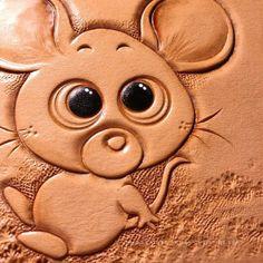 復活節假期開始喇~ 可以偷懶囉  輕輕鬆鬆玩皮雕。  #mouse #leatherwork #leathercraft #leathercarving #trioleatherart #dinnidworkshop #handmade #皮革 #皮革 #皮雕 #皮 #皮雕工藝 #皮革製品 (在 Trio Leather Art)