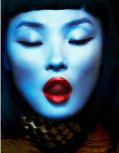 photo de mode : Miao Bin Si par Txema Yeste pour Numéro China, portrait de femme, bleu