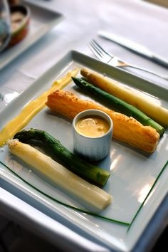 Asperges vertes et blanches, sauce mousseline. ©Raoul Dobremel