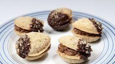 OřechySuroviny: 350 g hladké mouky, 150 g moučkového cukru, 120 g vlašských ořechů, 250 g másla  Krém: 100 g másla, 100 g moučkového cukru, 1 lžíce rumu, 50 g nastrouhaných vlašských ořechů