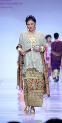 Kebaya Lace, Kebaya Brokat, Kebaya Dress, Batik Kebaya, Batik Dress, Lace Dress, Traditional Fashion, Traditional Dresses, Muslim Fashion