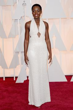 Lupita Nyong'o  vestida con un blanco y radiante Calvin Klein Collection.