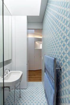 Modest Arrow House in Australia: Sink Towel Hanger Design Small Bathroom Decoration Minimalist Home Design