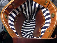 Dit is mijn eerste handgemaakte TOTE leerzak die ik heb gemaakt. Gemaakt van olie leer in beige kleur. Hand knippen en hand gestikt.   Maten: Breedte: 10(25cm) aan de onderkant Hoogte: 14(35,5 cm) Diepte: 3,5-inch (9cm) Bandjes drop 10(25cm) Kleur: Tan  Binnen bekleed met stof Binnen één met rits 2 kleine binnenzak  Kleuren van onderdelen kunnen het iets verschil uit als je gezien in uw computer. (afhankelijk van de beeldscherminstelling)  Ik zendt pakketten via geregistreerde luchtpost…