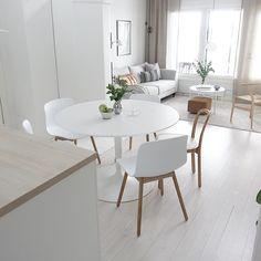 Kaunista skandiinaavista tyyliä ruokapöydän äärellä sekä sisustuksen tyylin jatkuminen olohuoneen puolelle