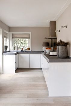 "Foto: Anneke Gambon ‐ ""Stijlvol Wonen"" ‐ © Sanoma Regional Belgium N. Foto: Anneke Gambon ‐ ""Stijlvol Wonen"" ‐ © Sanoma Regional Belgium N. Farmhouse Kitchen Decor, Kitchen Interior, New Kitchen, Room Interior, Kitchen Dining, Kitchen Cabinets, Kitchen Tips, Kitchen Layout, Kitchen Grey"