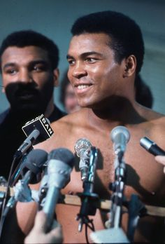 Muhammad Ali dies at the age of - webtorkina Muhammad Ali Fights, Muhammad Ali Quotes, Muhammad Ali Boxing, Sports Illustrated, Boxing History, Float Like A Butterfly, Hometown Heroes, Boxing Champions, Kentucky