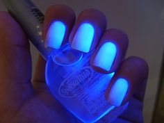 Blue glow in the dark nails nails blue nail pretty nails nail art glow in the dark nail ideas nail designs Dark Nail Polish, Nails Polish, Nail Polish Trends, Dark Nails, Light Nails, 80s Nails, Glow Nails, Cute Nails, Pretty Nails