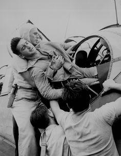 Wayne F. Miller, el gran reportero estadounidense que acaba de fallecer a los 94 años, eludió una primera cita con la muerte en 1945 en los cielos castigados de la II Guerra Mundial. Él mismo dejó pruebas con su cámara de la cita rota: en el avión del que están bajando al militar herido estaba previsto que Miller ocupase el puesto de fotógrafo pero intercambió turno con otro compañero, que resultó muerto por las defensas antiaéreas japonesas.