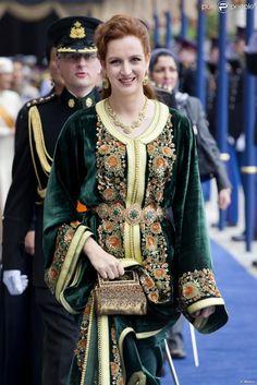 princesse Salma of Marocco in traditional caftan, green silk velvet and gold embroidery, inspired by Moroccan architecture Morrocan Dress, Moroccan Caftan, Moroccan Style, Style Oriental, Oriental Fashion, Style Royal, Royal Fashion, Marrakech, Traditional Dresses